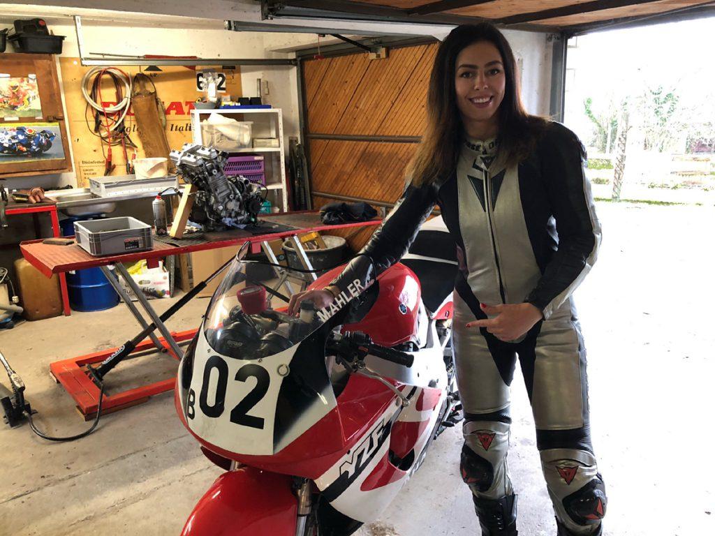 Michelle im Dainese Lederkombi an ihrer Yamaha. So sehen Rennfahrerinnen aus.