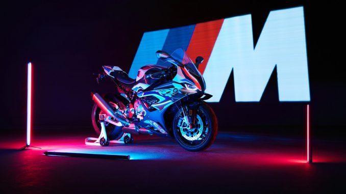 BMW M1000RR vor dem M Motorsport Logo