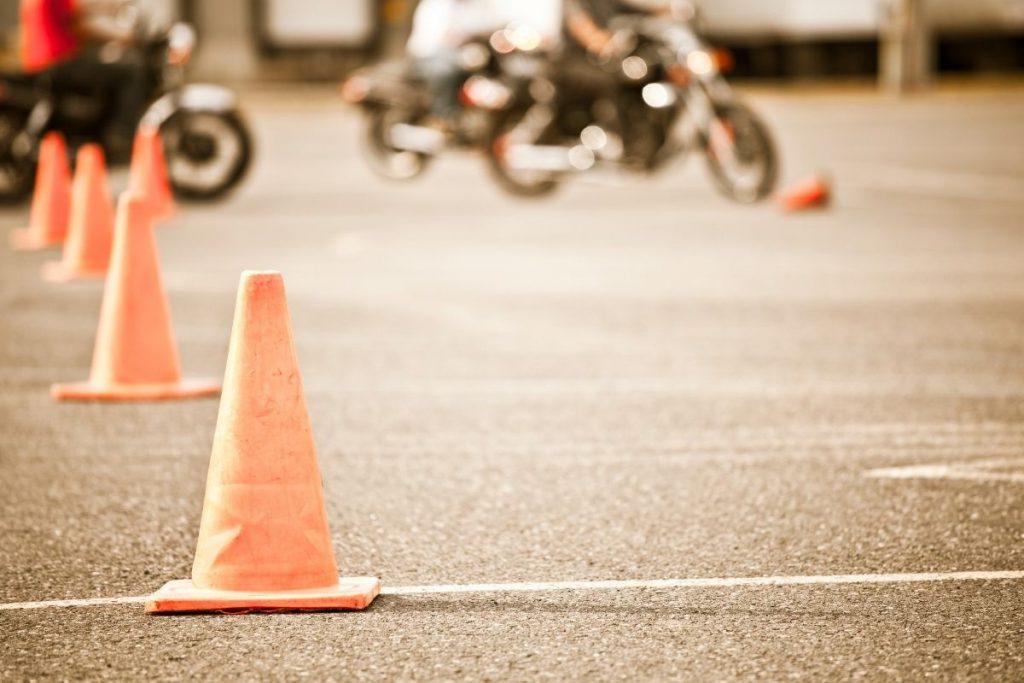 Was passiert in der praktischen Motorradausbildung und wie läuft die Motorrad-Fahrprüfung ab? Mit Tipps aus persönlicher Erfahrung.