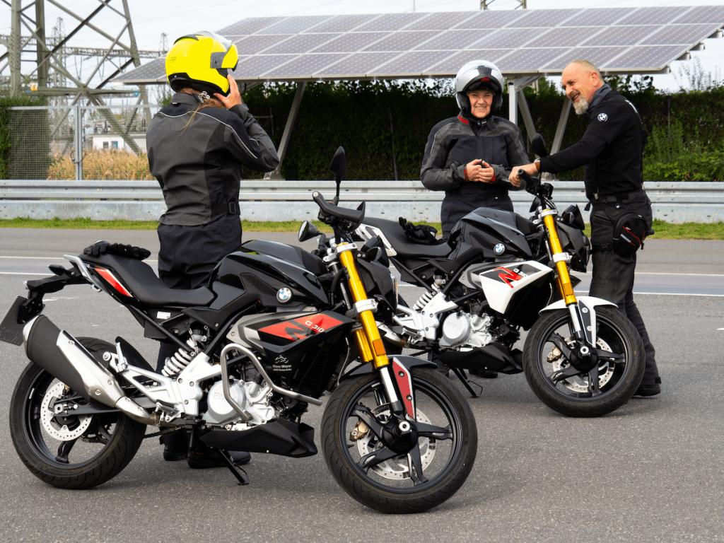 Zwei Generationen liebäugeln mit dem Motorradfahren. Keine der Frauen hat es bisher ausprobiert. Beim BMW Ride First Training testen wir es.
