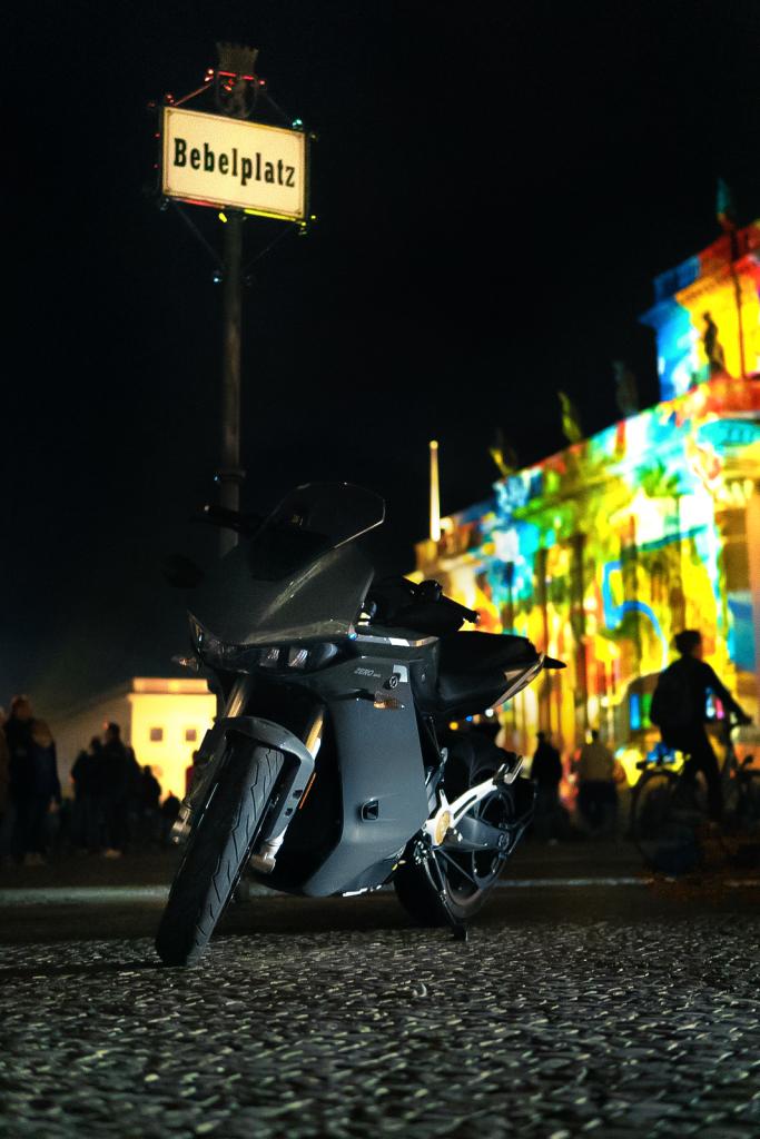 Wir haben das Elektromotorrad Zero SR/S mit Charge Tank auf Herz und Nieren geprüft. Elektrisch durch den Stadtverkehr und auf Motorradtour.