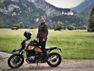 Kirsten mit ihrer BMW R nineT in den Bergen
