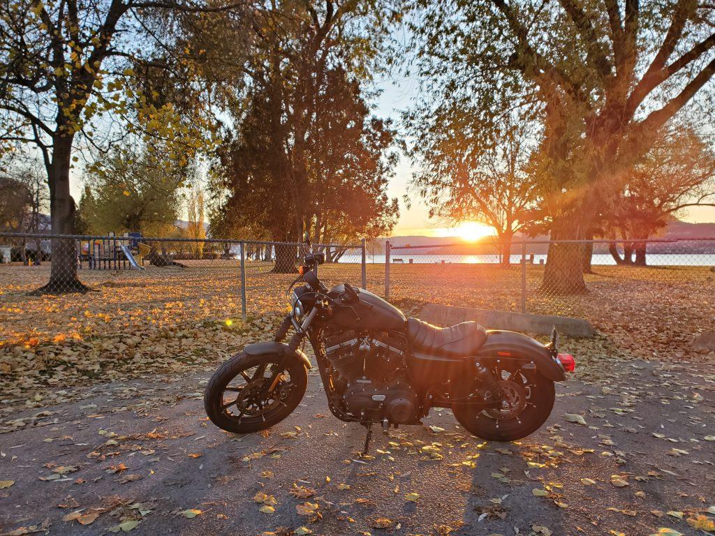 Motorradfahren im Herbst birgt Risikien, schnell falsch einschätzen. Tipps vom Profi für Vorsorge und sicheres Motorradfahren im Herbst.
