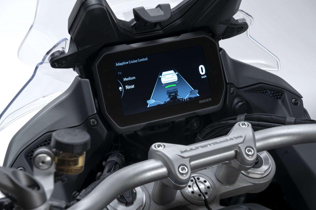 Das Radarsystem hilft beim Abstandhalten und Bremsen