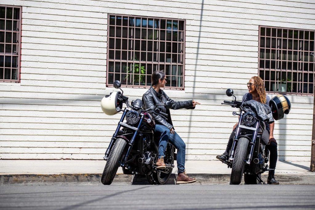 Zwei Honda Rebel mit zwei Frauen
