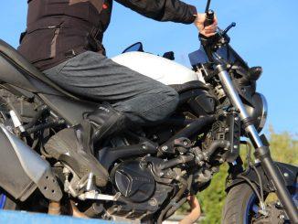 Die Büse Denver Motorradjeans ist eine gute Alternative zur Textilkombi-Hose, wenn es zum Treffen mit Freunden ins Cafè oder Restaurant geht.