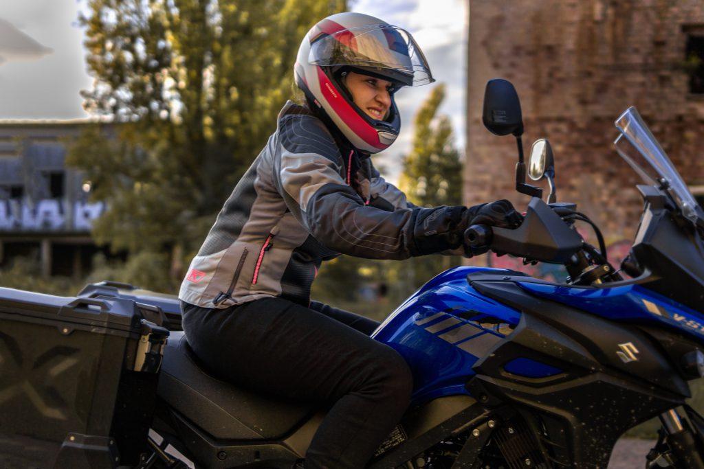 Heiße Sommer auf dem Motorrad sind buchstäblich schweißtreibend. Mit der Klim Motorrad-Sommerjacke Avalon hast du einen coolen Begleiter.