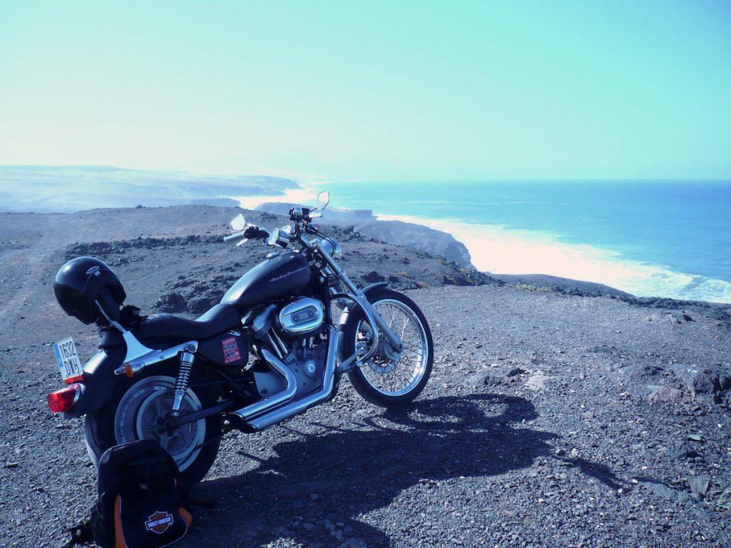 Fuerteventura, ein Winterparadies für Motorradfahrer. Wir haben Tipps für Fuerteventura mit dem Motorrad. Motorradvermietung bis Sightseeing.