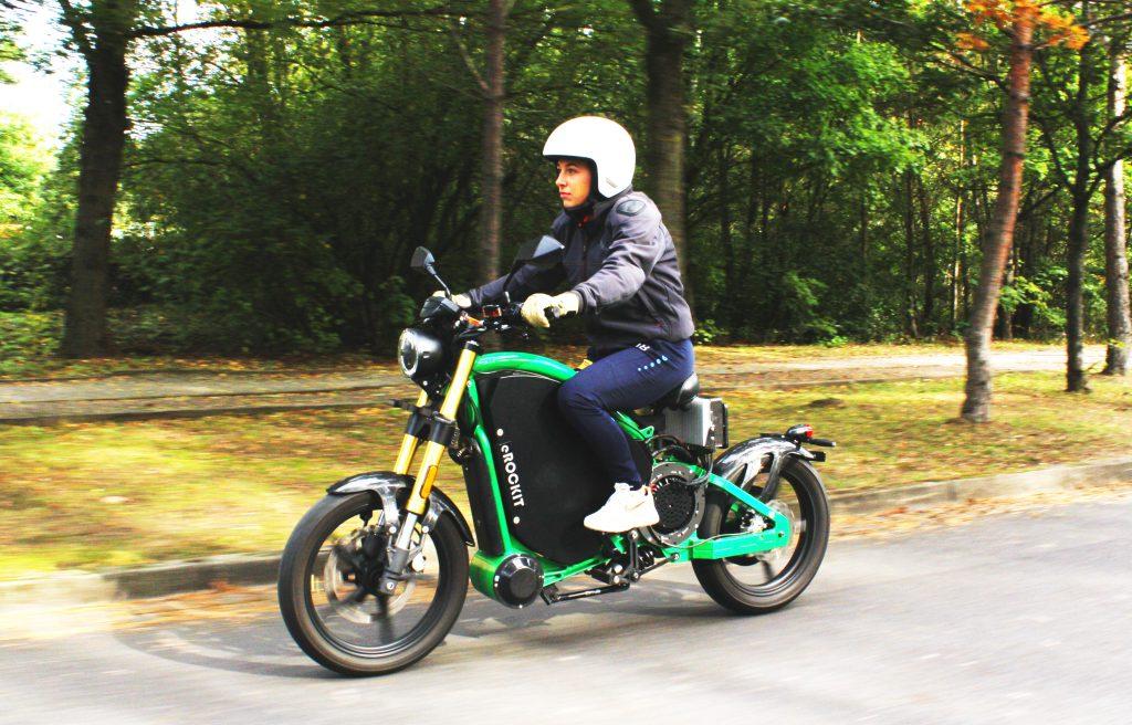 Ein Elektromotorrad der anderen Art. Eine Liaison von Motorrad und Fahrrad. Pedale treten und bis zu 90 Km/h fahren. Das eROCKIT Fahrerlebnis.