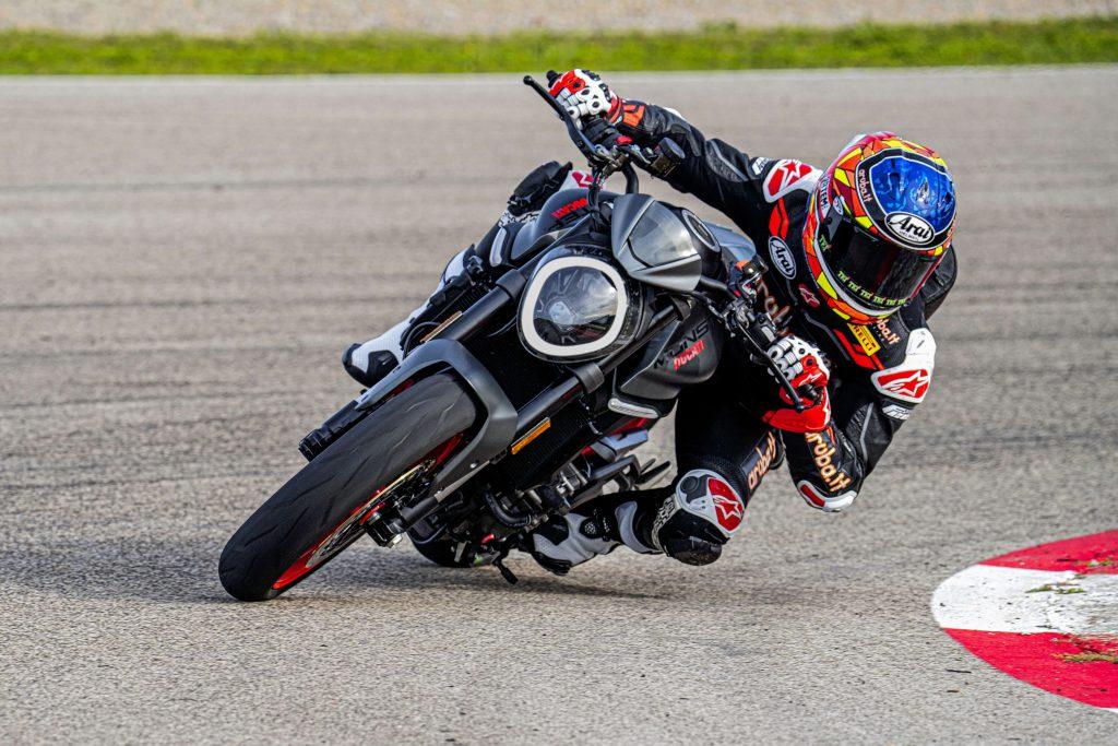 Ducati Monster Kurve in Schraeglage