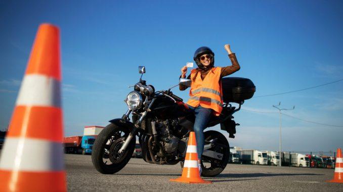 Ab 1.1.2020 kommt die neue praktische Fahrprüfung. Mit digtalem Protokoll zu mehr Fahrsicherheit. Inklusive verlängerter Prüfungsdauer.