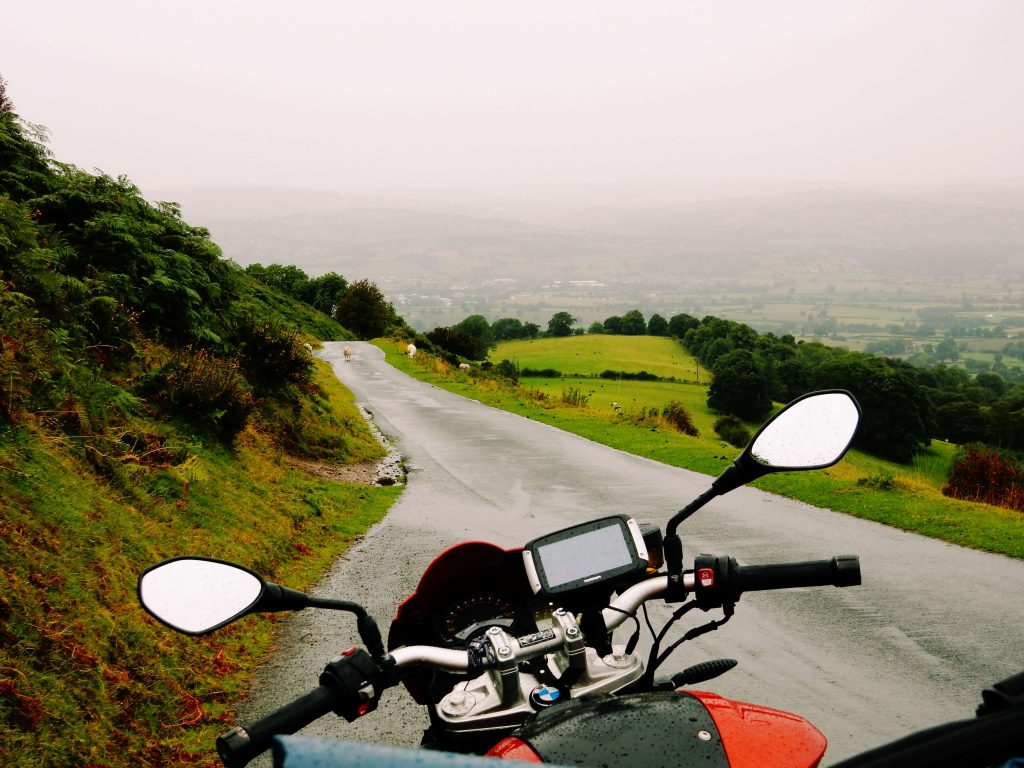 Motorradtour durch Wales. Motorrad, Regen, Schafe