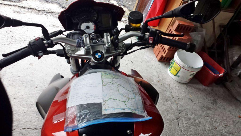 Karte auf Tank geklebt - Auf Motorradtour durch England