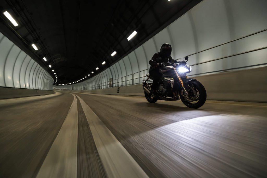 Triumph Speed Triple 1200 RS im Tunnel