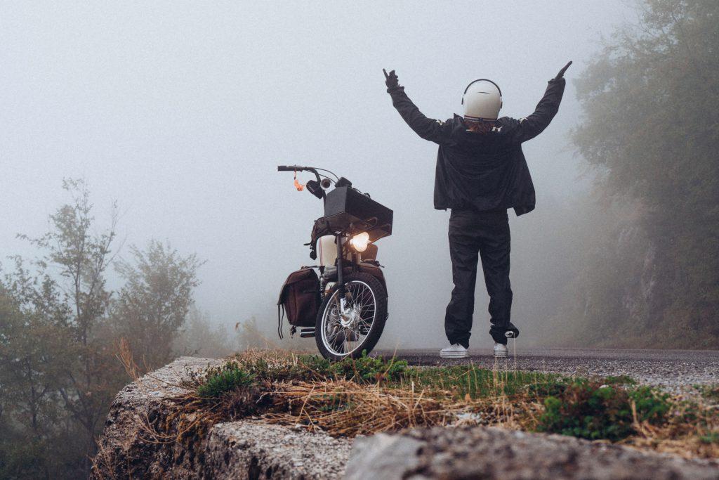 Auf Mofa-Weltreise im Regen
