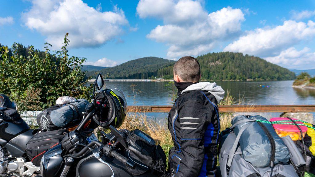 Motorrad am See in Norwegen