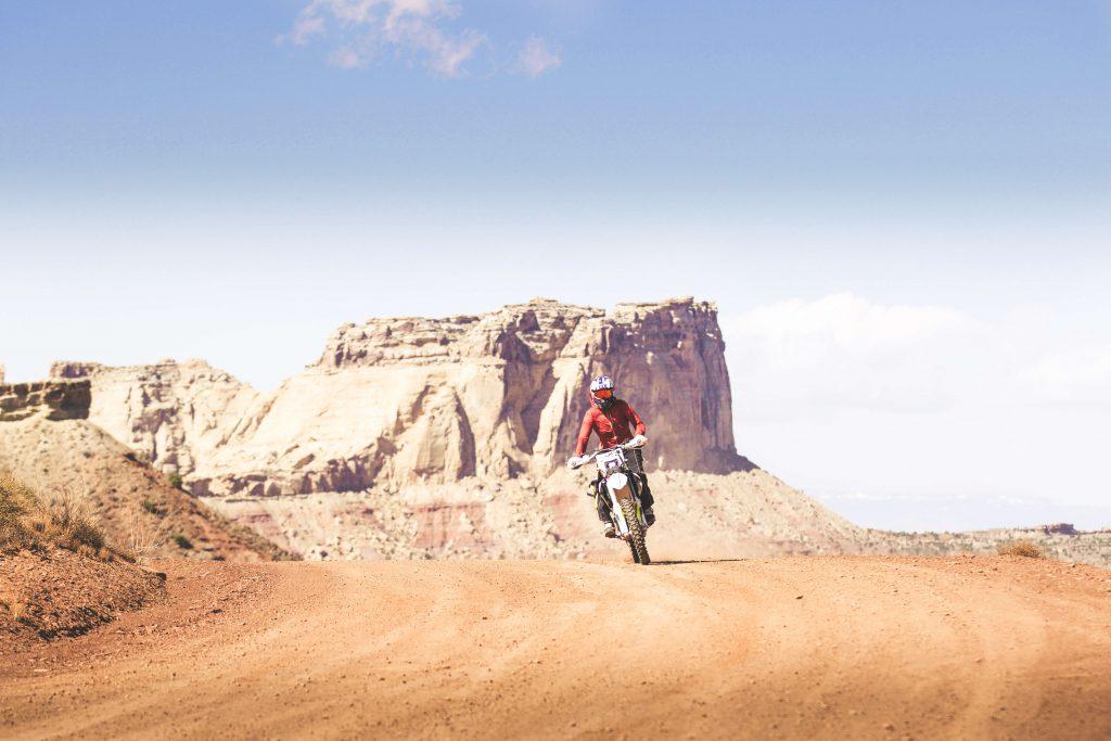 Donni Reddington mit dem Motorrad durch die Wüste