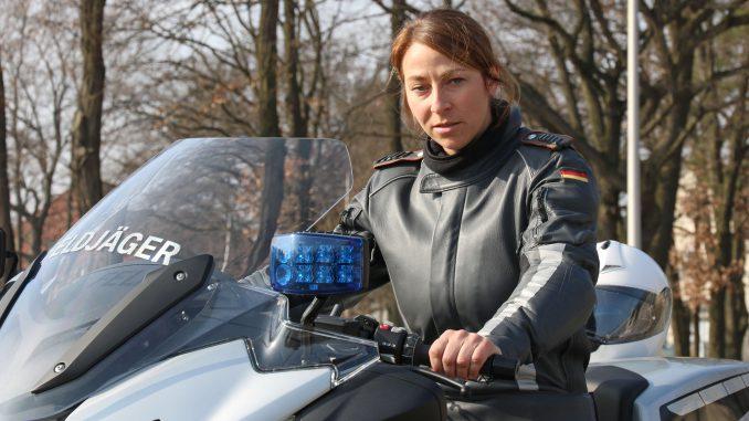 Sabrina fährt Motorrad bei der Bundeswehr