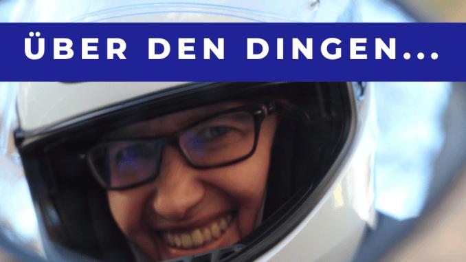 Motorradkolumne Spiegelblick auf SHE is a RIDER