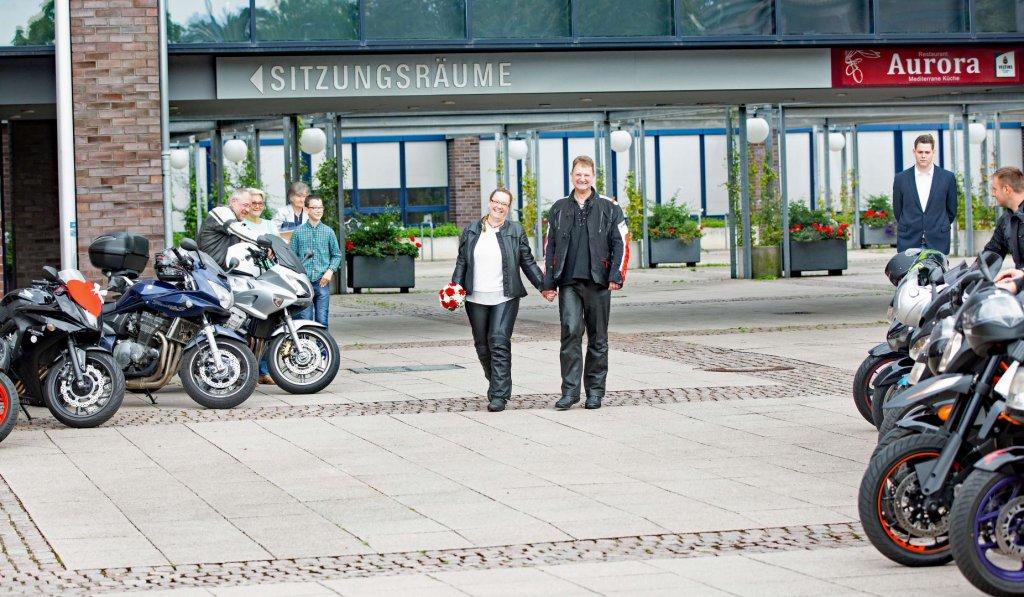Bikerhochzeit mit Motorensound vorm Standesamt