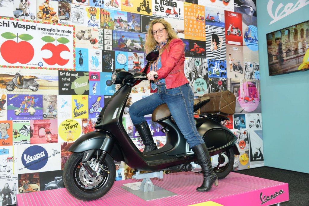 SHE is a RIDER auf Motorradmesse auf Vespa