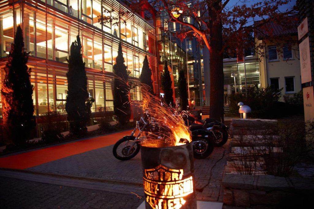 Harley Davidson Zentrale in Deutschland mit Fass und Motorrädern