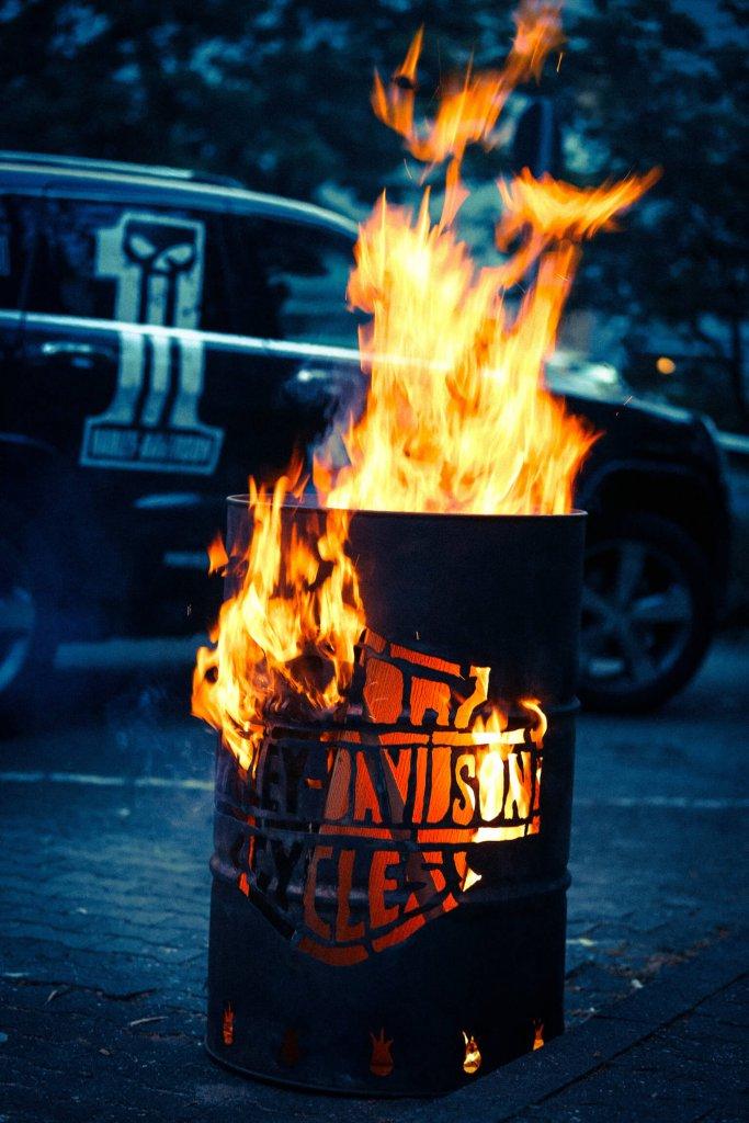 Harley Davidon brennendes Fass