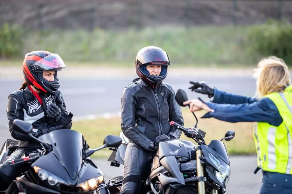 Die Instruktoren vermitteln euch viel praktisches Wissen und machen aus euch eine bessere Motorradfahrerin!
