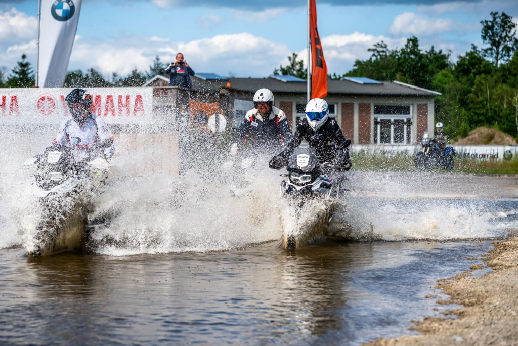 Mit 3 Motorrädern durch den Wassergraben auf der Driving Area in Wesendorf