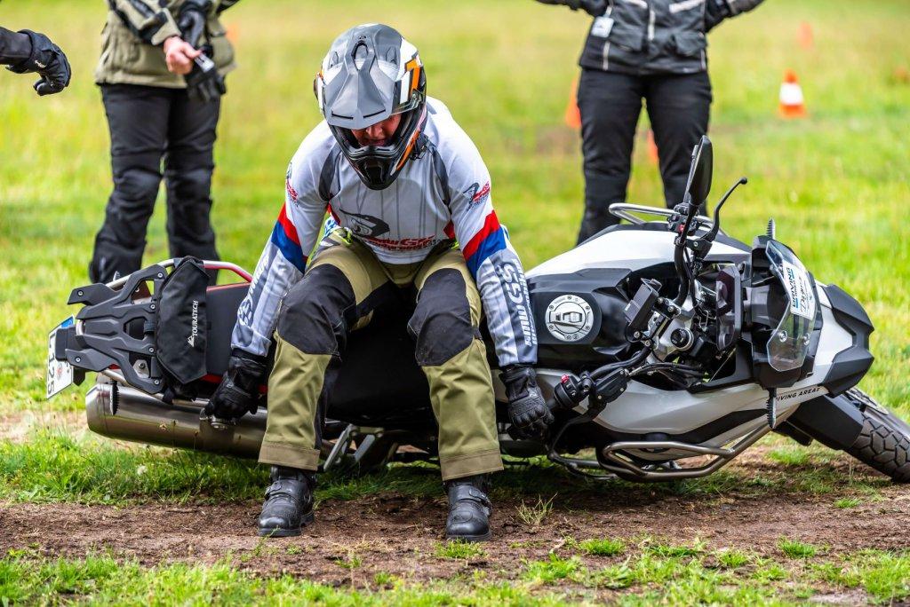 Motorrad aufheben im Enduro-Training