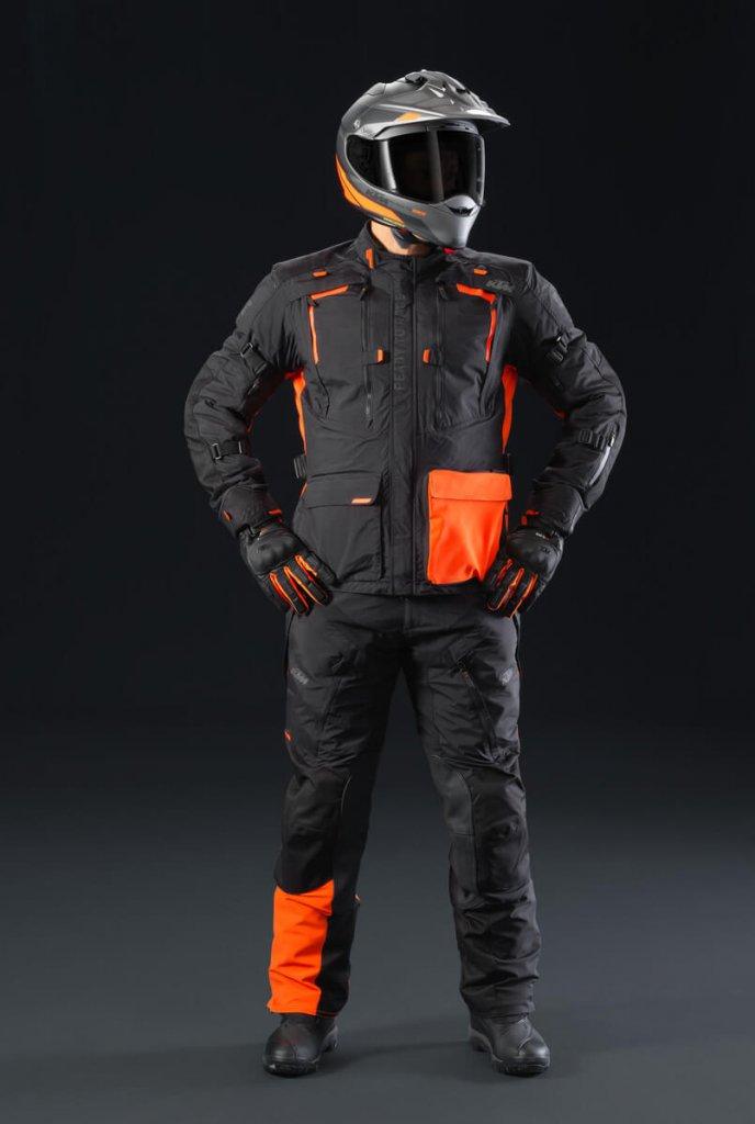 Die Textil-Motorradkombi besteht aus Jacke und Hose