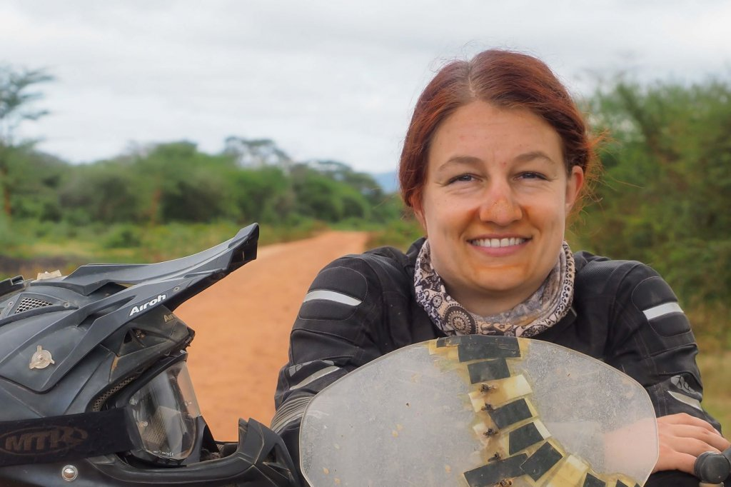 Joana Breitbart mit dem Motorrad in Afrika