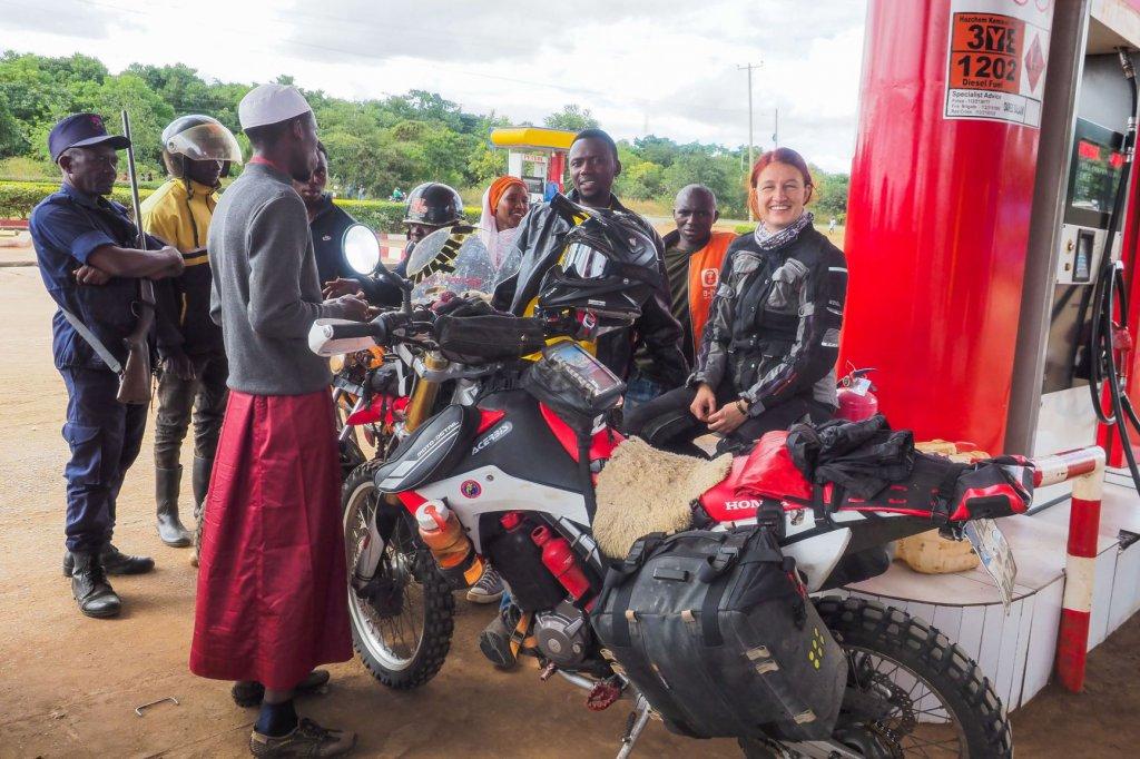 Tankstopp in Sambia mit Motorrad