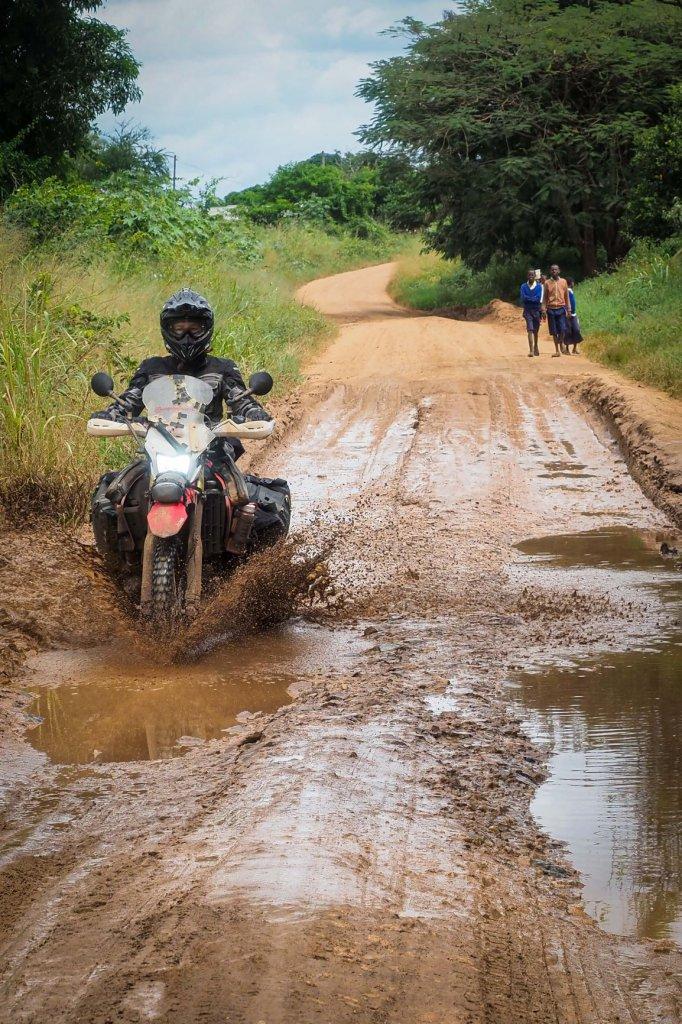 Mit dem Motorrad durch den Schlamm in Tansania
