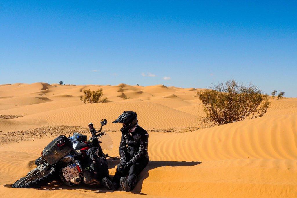 Tunesien Wüste Motorradsturz im Sand.