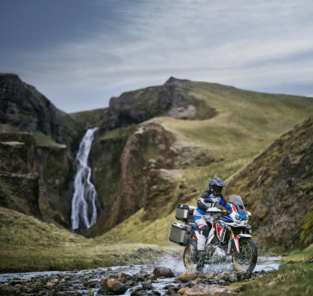 Mit der Honda am Wasserfall in Island