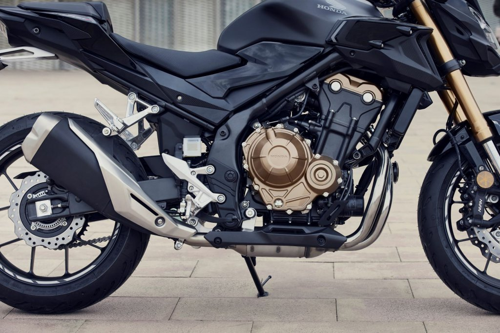 Der Motor bei der Honda CB 500 F trägt mit und liefert 48 PS