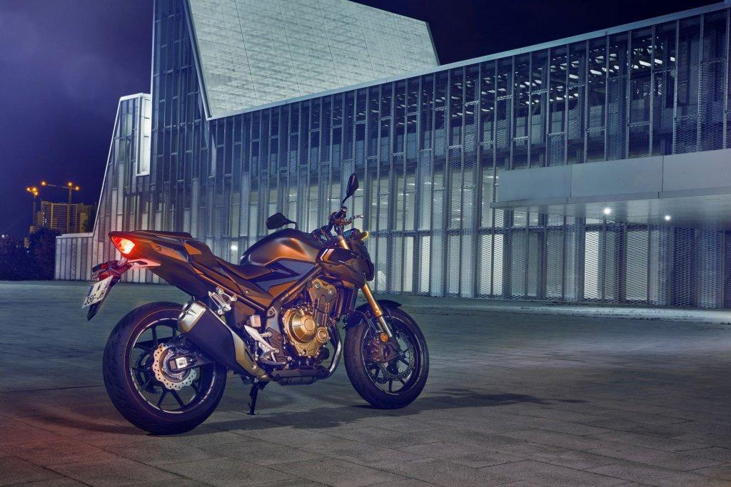 Das Naked Bike von Honda stilvoll ausgeleuchtet