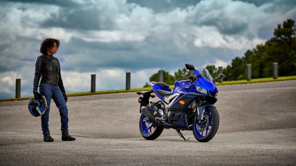 Yamaha YZF 320 in der Icon-Blue-Farbvariante für 2022